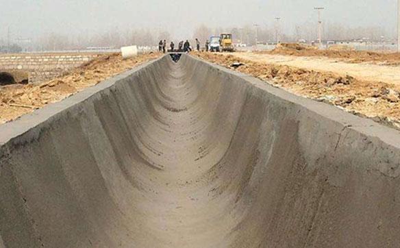 自上料水泥搅拌车水渠施工